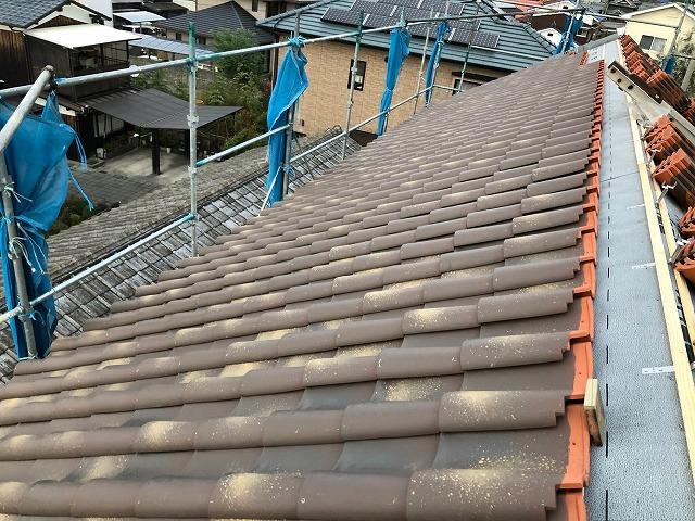 屋根半分まで葺き終えた時の写真