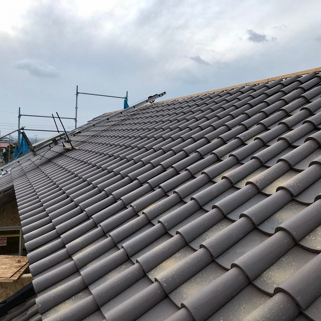 地瓦を葺き終えた二階屋根の写真