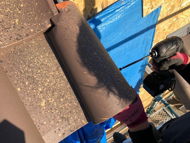 屋根袖部を施工している時の写真