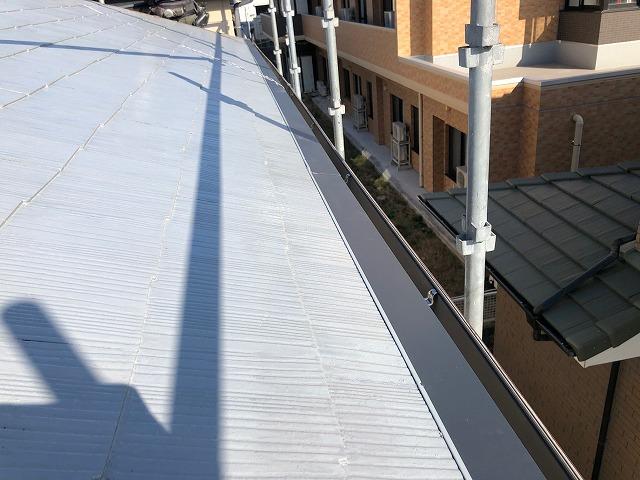 屋根軒先部に水切りの板金を施工し終わった時の写真