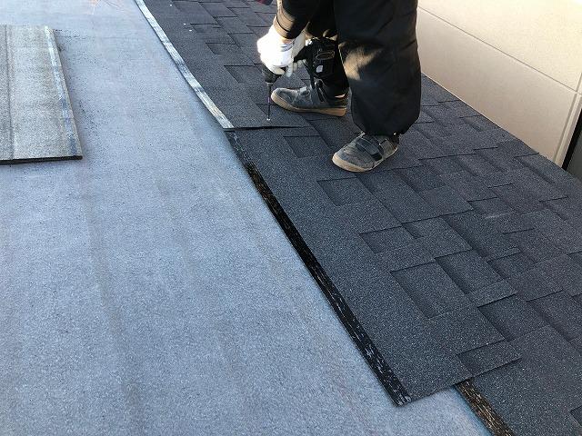 シングル屋根材を施工している写真