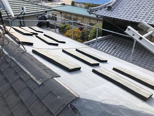 屋根にシングル材を上げた時の写真
