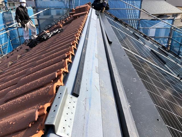 南側の二階屋根に角材を施工している写真