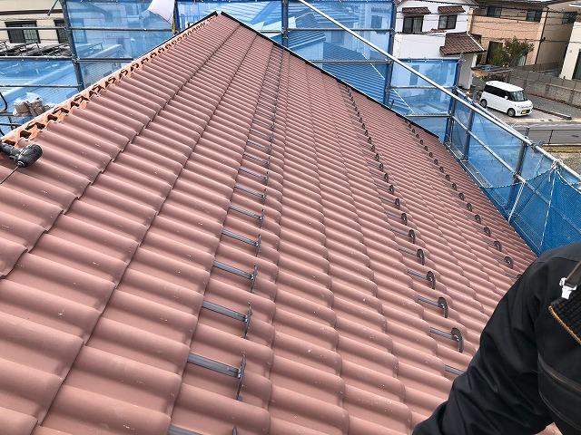 上屋根の北側の屋根面の地瓦が葺き終わった時の写真