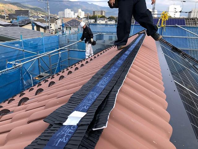 屋根棟部にハイロールを施工している途中の写真