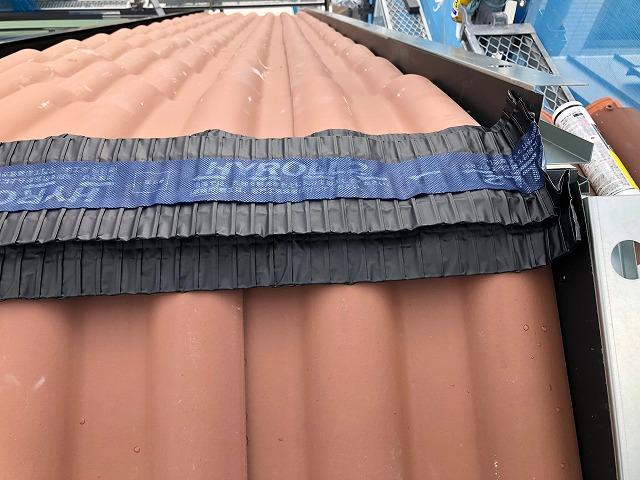 屋根棟部にハイロールを施工している