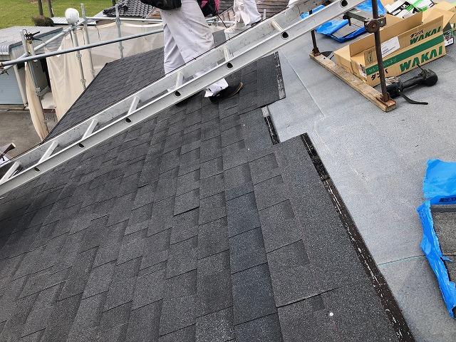 玄関側の屋根面を葺いている時の写真