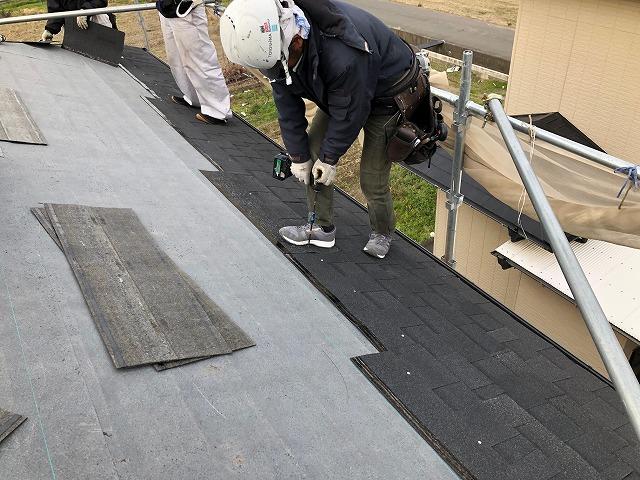 東面の屋根を葺いている時の写真
