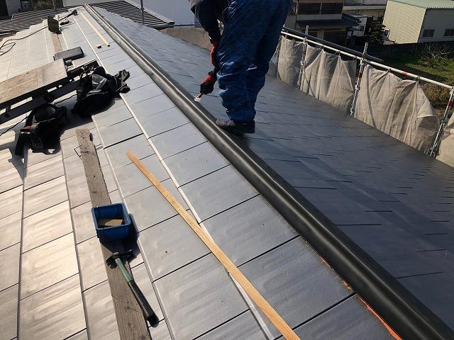 棟に防水テープを施工している写真