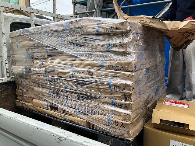 トラックに積んだ来たロアー二の写真