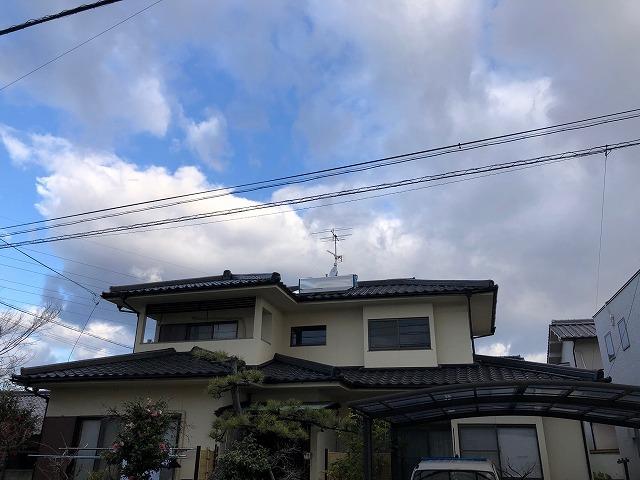松山市西石井にて雨漏り修理に伴う二階隅棟部の棟瓦と地瓦撤去