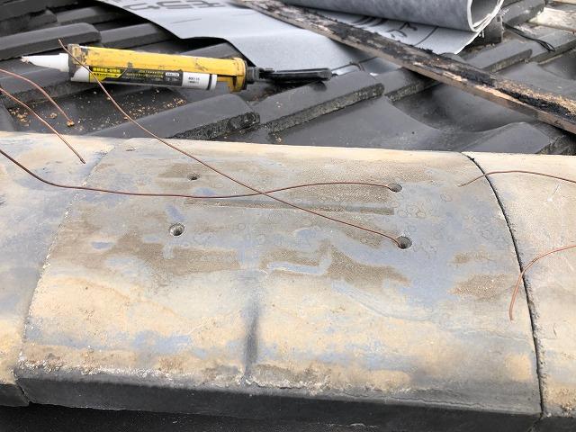 銅線を通している台土の写真
