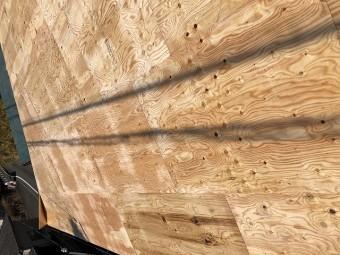 構造用合板の貼り付けの様子