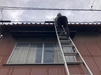 慎重に二連梯子で上がります