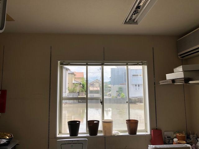 一階事務所の窓