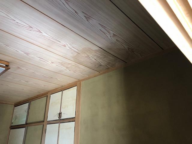 雨漏りしている二階の天井