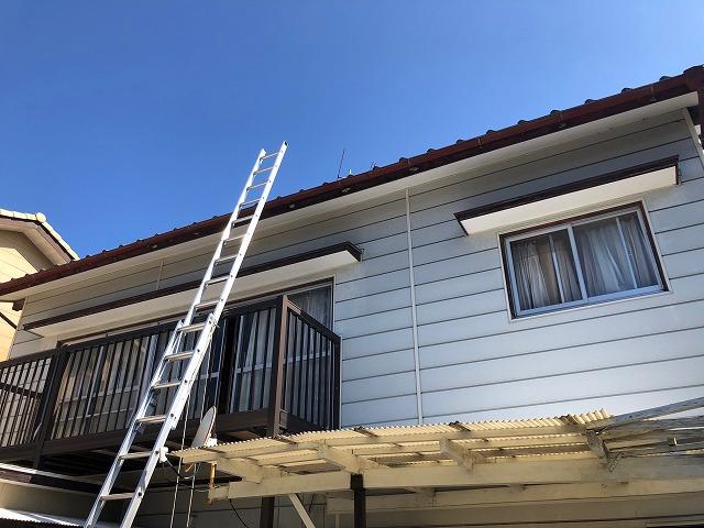 二連梯子で屋根に上がる時の写真