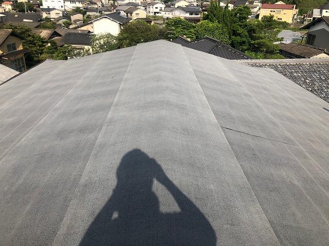 防水紙を貼り終えた屋根棟部の写真