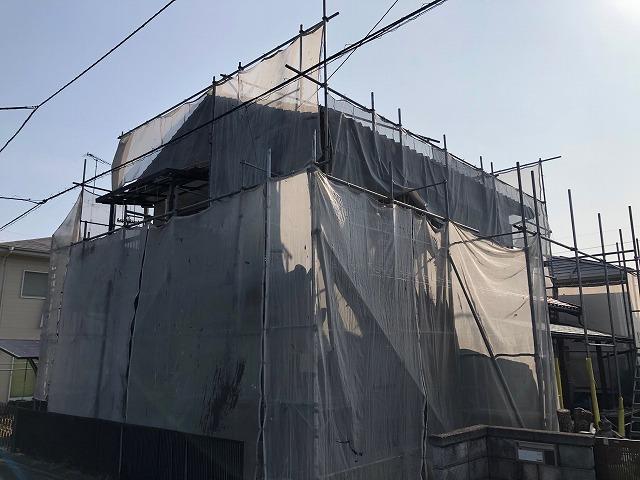 西条市丹原町にて和型釉薬瓦葺き住宅の屋根棟部の漆喰塗り工事