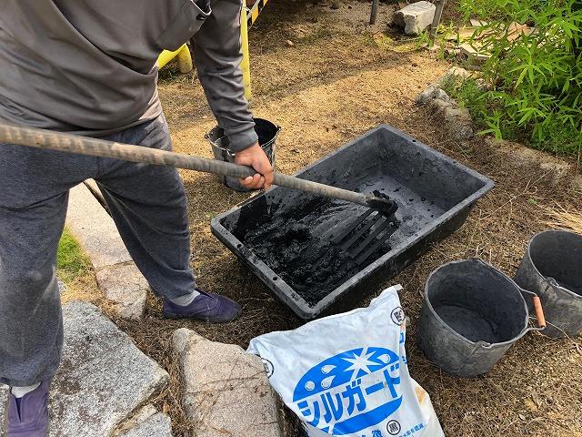 南蛮漆喰に水を混ぜて練っている時の写真