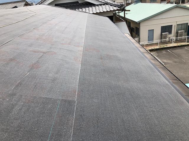 二階の屋根に防水紙を張り終えた時の写真