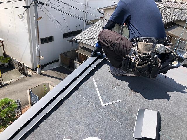 上屋根のケラバ板金を施工している時の写真
