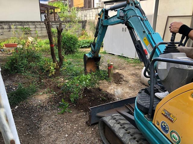 ユンボで樹木を撤去している時の写真