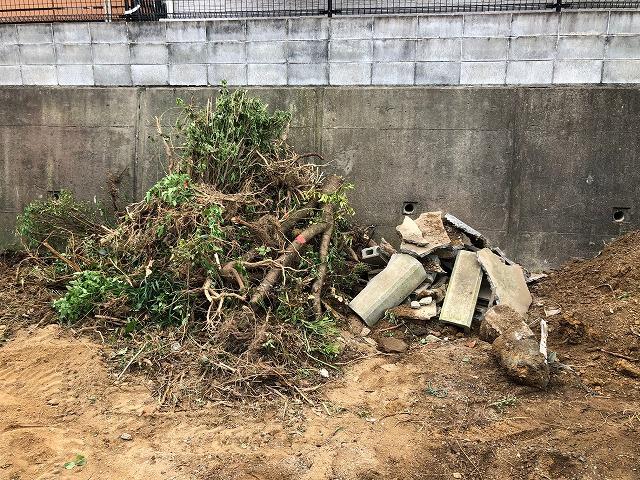 ユンボで撤去した樹木とブロック