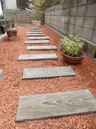 赤色のRテコラ庭に撒いた写真