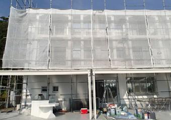 全体的に足場を組んだ建物の写真